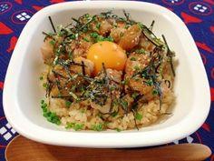 「フライパンで簡単☆焼き鳥丼」みんなが大好きな\(^▽^)/焼き鳥をのせた丼ぶり!!甘辛たれと黄身の相性抜群!!薬味のねぎ、のり、ごまもgood。【楽天レシピ】