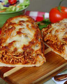 Garlic Bread Spaghetti, Spaghetti Sandwich, Cheesy Baked Spaghetti, Spaghetti Recipes, Garlic Bread Pizza, Pasta Recipes, Spaghetti Pizza, Dinner Recipes, Spaghetti Sauce