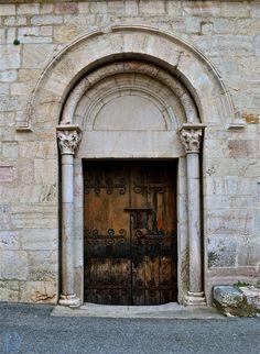 Architecture - Medieval gate under simple arch. Porte médiévale sous arcade simple. Villefranche de Conflent, France. ©Dorian Garnier