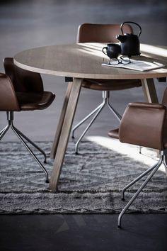 Primum Table in oak and Primum dining chairs in cognac coloured leather.  #spisestue #spisebord #spisestuestol