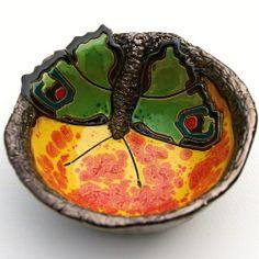 BEATA KMIEć - ŻÓŁTA MISECZKA Z ZIELONYM MOTYLEM. Miseczka ceramiczna o lekko nieregularnym, okrągłym kształcie.