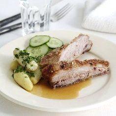 Gammeldags revelsben med sauce og agurkesalat