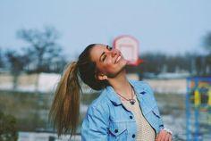 """""""Ilumine seu rosto com alegria, esconda qualquer traço de tristeza embora uma lágrima possa estar tão próxima. Esse é o tempo que você tem que continuar tentando, sorria, o que adianta chorar? Você descobrirá que a vida ainda continua se você apenas sorrir!..."""" (charles chaplin)"""