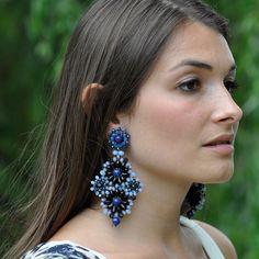 Die Ohrringe Azula in blau haben einen maritimen Look. Die Steine in verschiedenen Blautönen funkeln zu einem Sommerkleid genauso schön wie zu einem Ab…