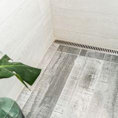 Et langt smalt badeværelse med flere løsninger