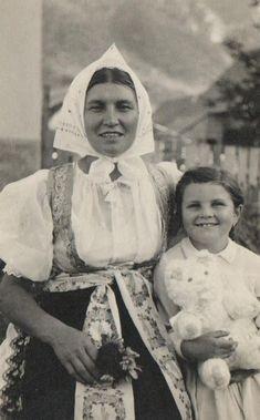 Žena s dievčatkom - stará fotografia Folk, Culture, Retro, Painting, Fotografia, Prague, Popular, Painting Art, Forks