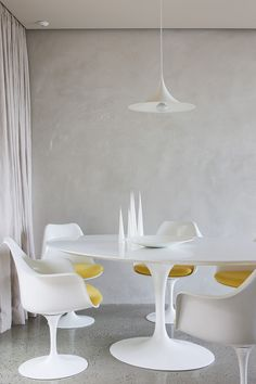 Saarinen Tulip table and chairs with lovely SEMI pendant lamp! Home Decor Inspiration, Dream Decor, Interior Inspiration, Modern Dining Room, Interior Furniture, Ocean House, Dining Room Table Chairs, Tulip Table, Restaurant Chairs For Sale