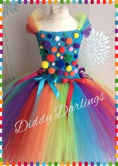 Clown-Tutu-Kleid Regenbogen-Tutu-Kleid Hübsch und originell, wird dieses Kleid sicher beeindrucken! Handgefertigt und ganz individuell. Bitte uns Nachricht, wenn Sie, fügen Sie einige Änderungen etc. möchten... Wir lieben einzigartige Kleider machen Merkmale: Weiche häkeln Mieder Einen vollständigen, schwul, Tutu-Rock Viele farbige Pom poms Bögen Satinschleife um die Taille Das Clown-Tutu-Kleid ist auf Partys, besondere Anlässe, Rolle spielen/verband sich im ideal und einfach perfekt...
