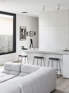 Cozy Home Interior The kitchen bench exhibits a Chris Rak sculpture, and is flanked by Heidi Yardley paintings. Styling Lucy Feagins/The Design Files. Interior Design Minimalist, Australian Interior Design, Interior Design Awards, Interior Design Kitchen, Kitchen Decor, Big Kitchen, Kitchen Layout, Kitchen Living, Living Room