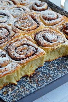 Tepsis, foszlós kakaós csiga bögrésen – Rupáner-konyha Hungarian Desserts, Hungarian Recipes, Bread And Pastries, Baking And Pastry, Dessert Drinks, Sweet And Salty, Winter Food, Desert Recipes, Sweet Bread