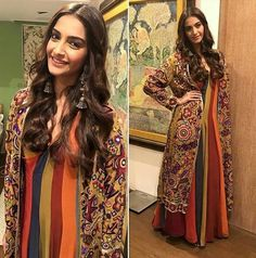 Sonam Kapoor in Abu Jaani and Sandeep Khosla for her movie Prem Ratan Dhan Paayo Promotions Indiana, Prem Ratan Dhan Payo, Stylish Kurtis, Desi Clothes, Indian Clothes, Gowns With Sleeves, Indian Couture, Sonam Kapoor, Dress Makeup