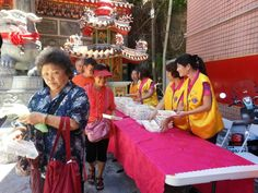 Keelung Phoenix #LionsClub (Taiwan) provided food and water to the elderly during their caring for elderly program