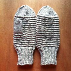 Ohje lapasiin, idea intarsiatekniikan käyttöön. Englanninkielinen. Winter Things, Yarn Inspiration, Garter Stitch, Put On, Mittens, Hands, Knitting, How To Make, Fashion