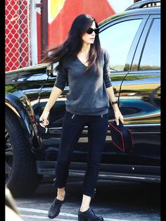 Effortlessly Chic The Displayed Her Long Lean Legs In A Pair Of Super Skinny Black Cropped Pants Paired With Matching Slip On Shoes And A V Neck Grey