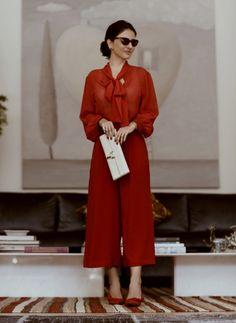 Look da Alice Ferraz todo vermelho: salto, calça, camisa e bolsa branca