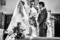 На этом фото понравилась многоплановость, отражен момент церемонии, реакция гостя, плюс в том, что гость  ребенок с эмоцией.