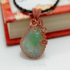 Green druzy stone pendant with wire netting..  #pendant #wirefashion #fun #wirework #wirewrapping #handmadefun #handmade #handmadefashion #wirejewelry #jewelry #copper #druzy #artjewelry  #wireart #artfashion #craft #shiecraft