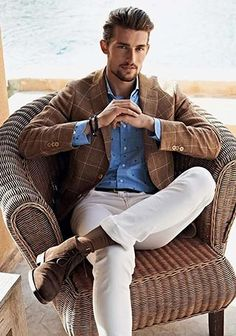 【青シャツで爽やかに】ブラウンジャケット×白パンツの着こなし(メンズ) | Italy Web