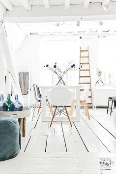 Un parquet #blanc pour illuminer la pièce..  http://www.m-habitat.fr/sols-et-plafonds/parquets/les-parquets-colores-505_A