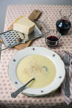 Chi conosce la minestra del paradiso? Questa minestra ha tanti nomi: stracciatella in centro Italia, tardura o tritura in Romagna. Chicken Lunch Recipes, Healthy Soup Recipes, Beef Tagine, Healthy Comfort Food, Comfort Foods, Chowder Recipes, Homemade Soup, Daily Meals, Light Recipes