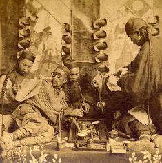 1901年の上海。アヘンを吸う一人々。  smokers in a opium den, Shanghai China,1901, B.W. Kilburn stereograph