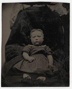 """Trage fototoestellen en ongeduldige kinderen leidden in de 19e eeuw tot het fenomeen van de """"verborgen moeder"""". Op sommige kinderfoto's hield een moeder zich verborgen achter een doek of gordijn om het kind stil te houden voor de duur van de nodige belichtingstijd. Later werd de moeder er dan uitgeknipt. Deze Flickr-abonnee verzamelt foto's van """"verborgen moeders""""."""
