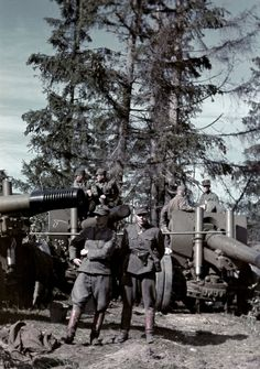Finnish soldiers near the captured Soviet howitzer in Porlammi, pin by Paolo Marzioli Army & Navy, Red Army, Germany Ww2, Native American History, Vietnam War, Military History, World War Ii, Japan, Wwii