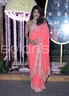 #PrettyInPink #Saree: @PriyankaChopra at @RiddhiMalhotra & Tejas Talwalkar's Reception, Dec, 14