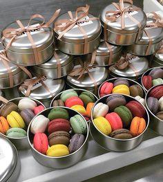Potes de metal personalizados com macarons – Constance Zahn Dessert Packaging, Bakery Packaging, Wedding Favours, Wedding Gifts, Wedding Doorgift, Macaron Boxes, Birthday Souvenir, Birthday Party Snacks, Baking Business
