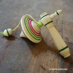 La Toupie Russe faite d'un seul morceau de bois, sculptée et peinte à la main, ce jouet Toupie est fabriqué en Bretagne, un travail d'artisanat aux fines finitions - Toupie shop (Boutique de toupie & magasin de jouets)