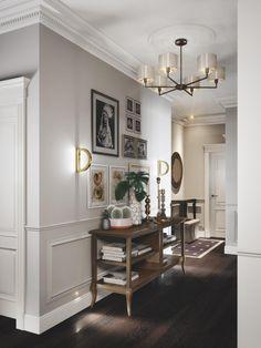 """В холле уже просматривается основная идея всего интерьера: сочетание различных стилей и эпох с уклоном в спокойную классику """"для жизни"""". Винтажная консоль прекрасно соседствует с современными светильниками и классической раскладкой на стенах."""