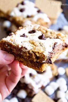 White Chocolate S'mores Bars ~ These Gooey Cake Bars are a Delicious Twist on a S'mores Bar! Salted Nut Rolls, Creamed Corn Recipes, Gooey Cake, Cream Cheese Coffee Cake, Cookie Cake Pie, S'mores Bar, Cake Bars, Brownie Bar, Yummy Eats