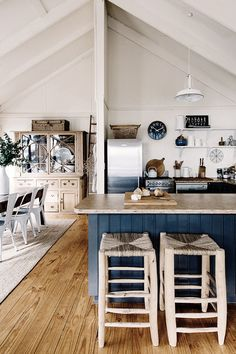 Home on Satellite Island in southern Tasmania. Photos by Kara Rosenlund, found on My Scandinavian Home Beach Cottage Kitchens, Home Kitchens, Cottage Farmhouse, Cuisines Design, Scandinavian Home, Beach Cottages, Modern, Sweet Home, New Homes