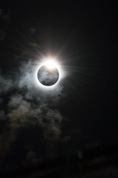 El momento dramático en el que nuestra estrella, el Sol, parece estar envuelta en la oscuridad durante el eclipse solar total de 9 de marzo de 2016, visto desde Indonesia. Fotografía: Melanie Thorne.