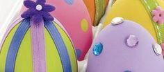 Para enfeitar seus ovos você pode utilizar qualquer tipo de fita que caiba no ovo, colar florzinhas dessas que você encontra em lojas de costura, enfeites, e pode até mesmo colar pequenas pedrinhas também encontradas em loja de costura.