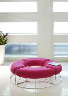 Hoop - Lounge meubilair   Ceka Office Group kantoorinrichting. Een kleine lage bank. Units kunnen worden geplaatst in een golf of ronde vorm. Kijk op www.ceka-office-group.nl voor meer informatie.