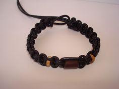 Pulseira feita com cordão de couro e contas de madeira. Visite o meu BLOG: saulrogerioartesanato.blogspot.pt