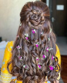 These latest open hairstyles are the best for the pre and post-wedding functions. Most of the people get confused when it comes to styling their open hair. We spotted some open hairstyles wore by. Open Hairstyles, Indian Wedding Hairstyles, Unique Hairstyles, Bride Hairstyles, Saree Hairstyles, Sweet 16 Hairstyles, Amazing Hairstyles, Engagement Hairstyles, Bridal Hairdo