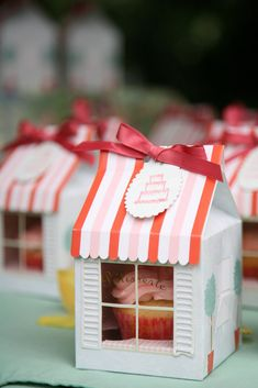 sweet, there are so many clever cupcake packaging ideas at the moment! Cupcake Packaging, Clever Packaging, Dessert Packaging, Bakery Packaging, Pretty Packaging, Brand Packaging, Gift Packaging, Packaging Design, Cupcake Shops