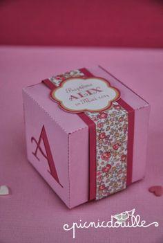Boîte de dragées Liberty rose http://www.alittlemarket.com/autres-bebe/fr_boite_de_dragees_theme_liberty_rose_-8091779.html