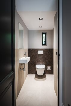 Nobel Flooring - Houten vloer groot model visgraat - Hoog ■ Exclusieve woon- en tuin inspiratie. House Inspo, Toilet And Bathroom Design, Bathroom Decor, House Bathroom, Toilet Room Decor, New Homes, House, Modern Houses Interior, Bathroom Interior Design