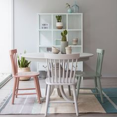 Purple Kitchen, White Kitchen Decor, Dinning Chairs, Table And Chairs, Interior Design Inspiration, Home Decor Inspiration, Furniture Makeover, Furniture Decor, Painting Kitchen Chairs
