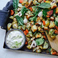 Halloumipytt med örtsmör och senapskräm | Recept ICA.se Halloumi, Vegetarian Recipes, Healthy Recipes, Healthy Food, Green Kitchen, Superfoods, Paella, Pesto, Food And Drink