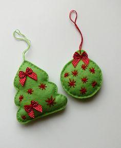 Vánoční ozdoby 2ks velikost stromečku 9,5 x 8,5 cm, průměr kouličky 6,5 cm, vyrobeno z plsti