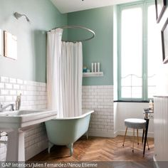 Der weiße Duschvorhang mit runder Stange ist ein stilsicheres Mittel, um die schöne freistehende Badewanne auch als Dusche nutzen zu können, ohne dass sie …