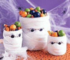 Try this DIY Mummy candy holder craft ideas for kids. Creative Crafts for kids to enjoy Halloween. Best Halloween crafts for kids. Halloween Kunst, Dulceros Halloween, Easy Halloween Crafts, Holidays Halloween, Halloween Treats, Holiday Crafts, Holiday Fun, Halloween Decorations, Halloween Costumes