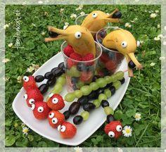 Für meinen Geburtstag war ich auf der Suche nach einer hübschen Obstplatte, die auch Kinder begeistert. Entstanden sind dann diese hübschen Obstspieße als Raupen mit Augen sowie süße Delfine aus Banane. Die Idee ist toll als gesundes Fingerfood zum Kindergeburtstag und wird es bei uns als Alternative zum Obstsalat sicherlich noch öfter geben: http://www.familienkost.de/fingerfood.php