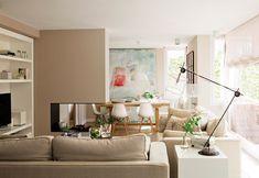 Salón  Chimenea diseñada por Jeanette Trensig y original lámpara de mesa, en Cado.