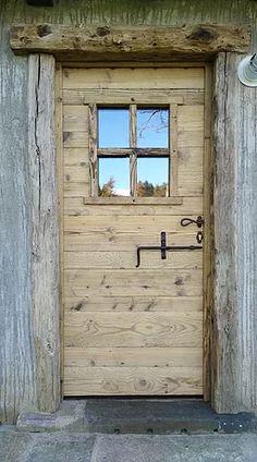 realizziamo porte in legno antico di recupero proveniente da baite e casali di una volta