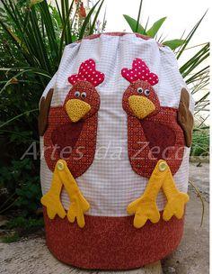 As galinhas estão com tudo por aqui e eu adoro a companhia, é um cocoreco cocoreco rsrsrsr by Artes da Zecota, via Flickr